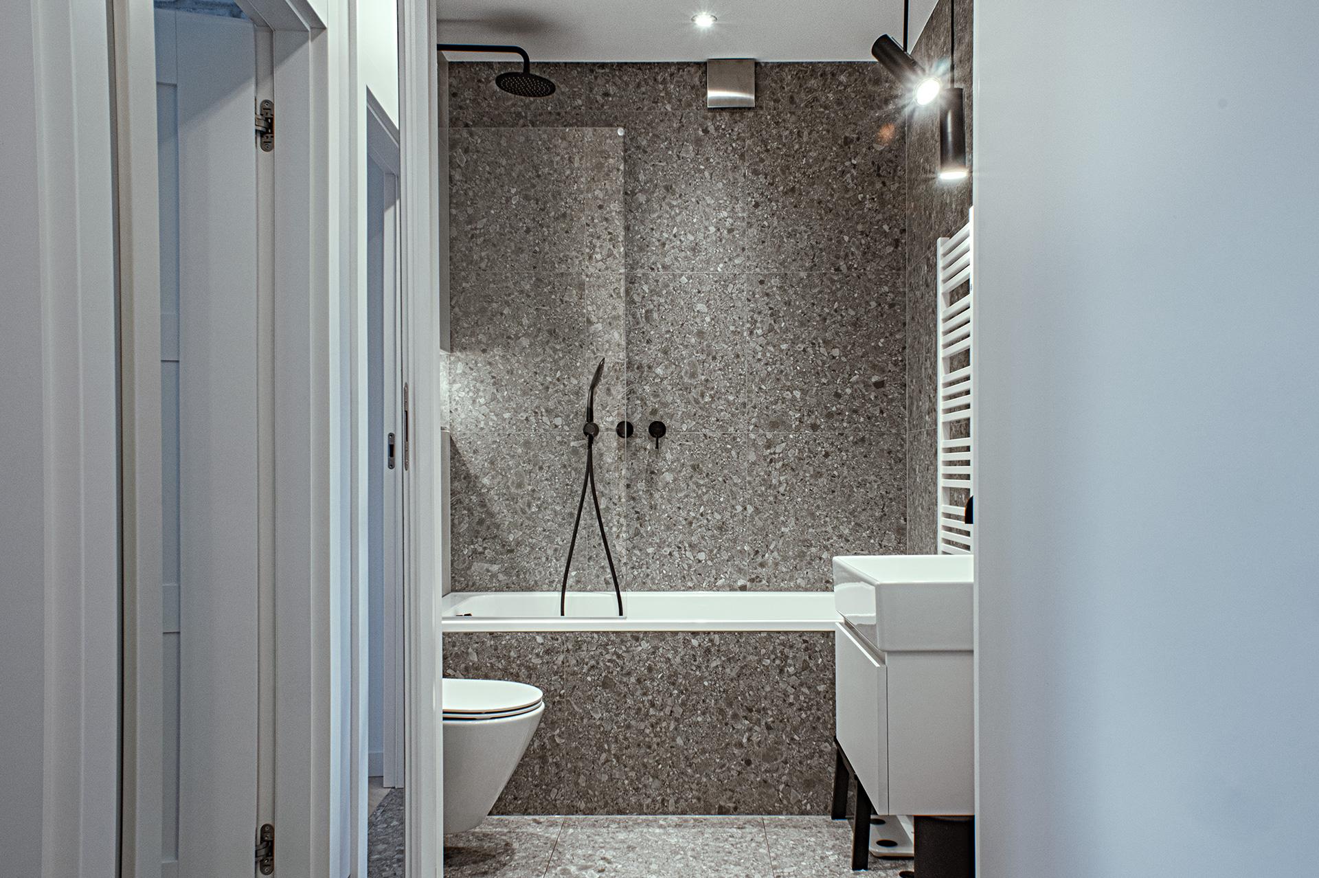W łazience zmieniono oryginalny układ pomieszczenia, łącząc ją z toaletą – aby lepiej wykorzystać przestrzeń.