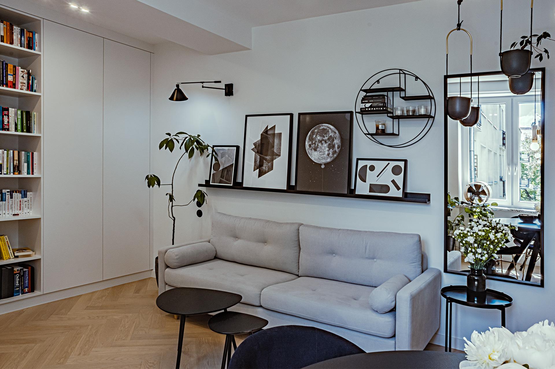 Stylowe modernistyczne stoliki i fotele z lat 50-tych zestawiłyśmy z nowoczesną, minimalistyczną sofą.