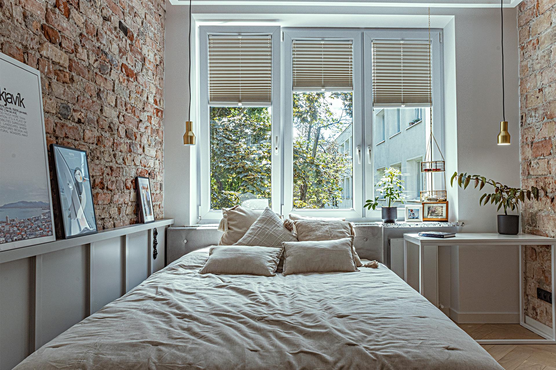 Duże dwuosobowe łóżko posiada wezgłowie o wysokości dopasowanej do parapetu.