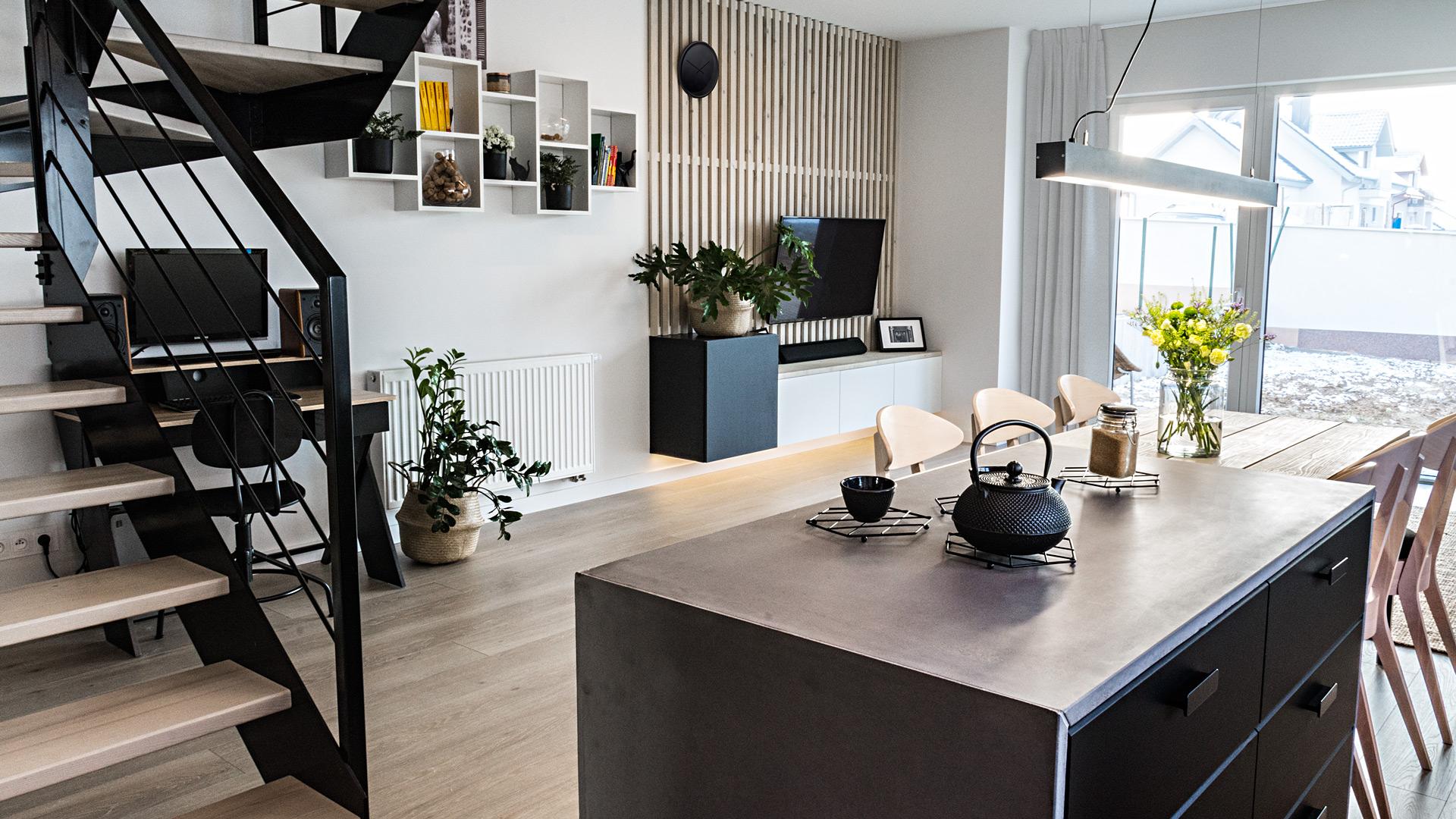 W okolicy okien tarasowych umiejscowiona jest część wypoczynkowa – narożnik i telewizor.