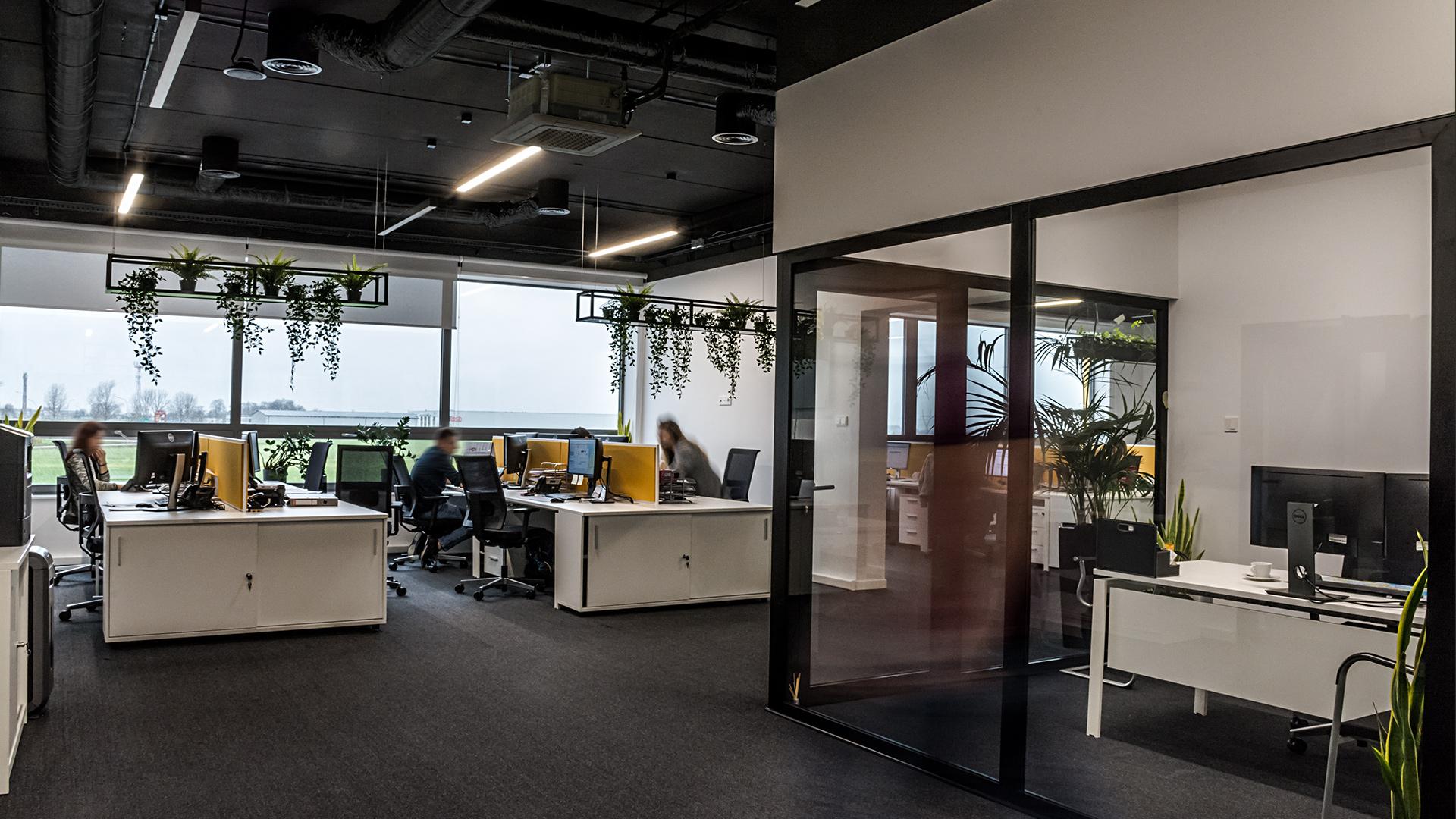 Wszystkie pomieszczenia w biurowcu utrzymane są w stylu industrialnym – sufity nie zostały zabudowane. Wszystkie elementy konstrukcyjne oraz instalacje powyżej wysokości 3 metrów są pomalowane na czarno. Duża ilość zieleni sprawia, że tak zaplanowana przestrzeń zyskuje przytulny wymiar.