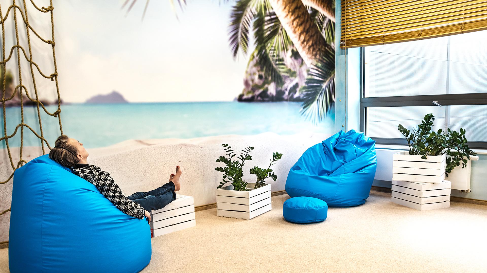 Pokój rekreacyjny w plażowym klimacie pozwala pracownikom open space na chwilę wytchnienia.