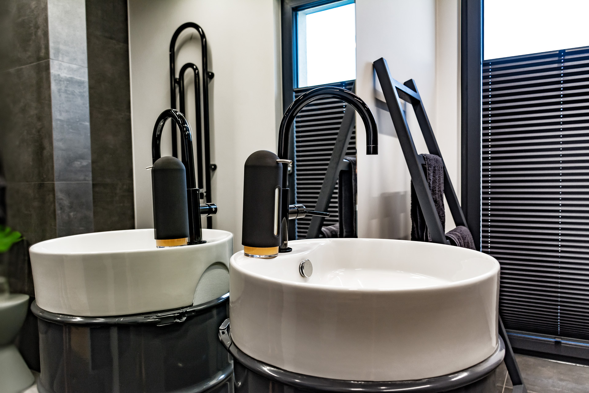 Okno łazienki można całkowicie zasłonić plisowaną roletą, która przepuszcza światło, zapewniając jednocześnie intymność.