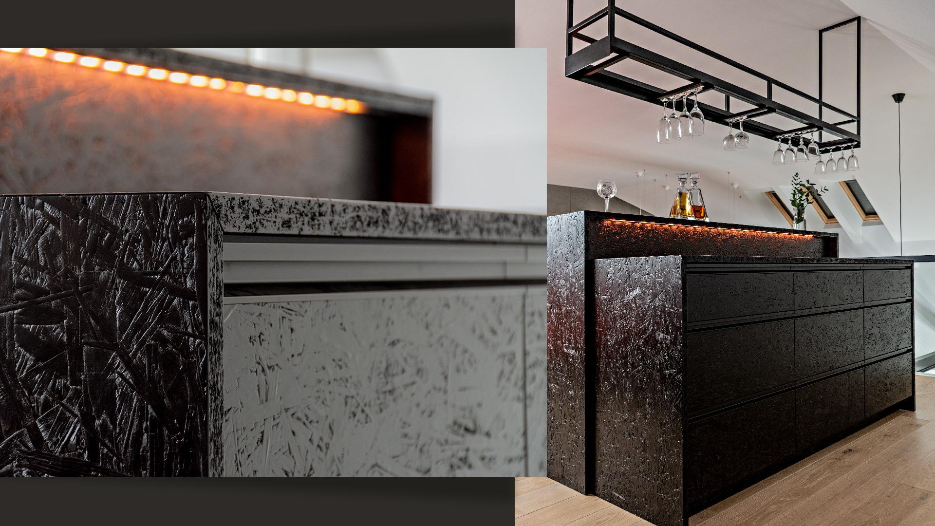 Wykonany z lakierowanych na czarno płyt OSB whisky bar wyposażono w zlicowane szuflady i podświetlenie LED.
