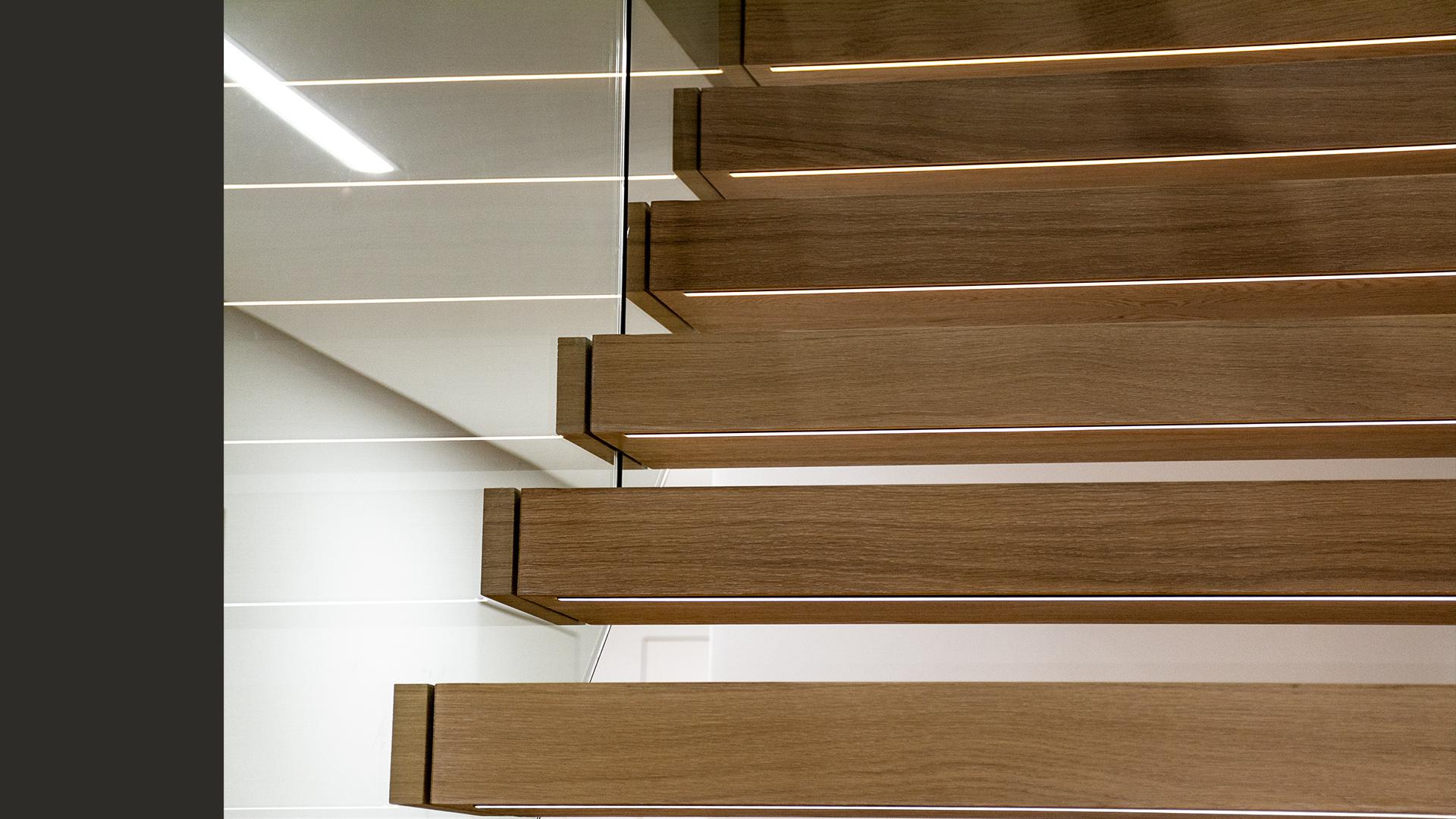 Każdy ze stopni schodów posiada podświetlenie LED, gwarantujące bezpieczeństwo po zmroku.