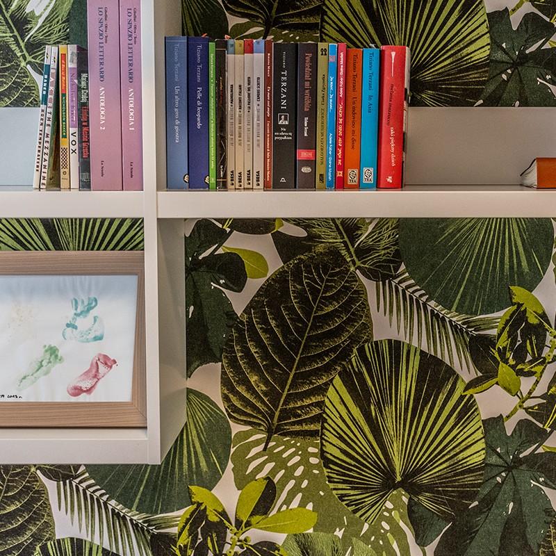 Dwuosobowe łóżko z pojemnikiem na pościel, pojemna szafa, regał na książku i biurko do pracy – aż tyle może zmieścić architekt wnętrz na 9 metrach kwadratowych sypialni – i to bez wrażenia ciasnoty!