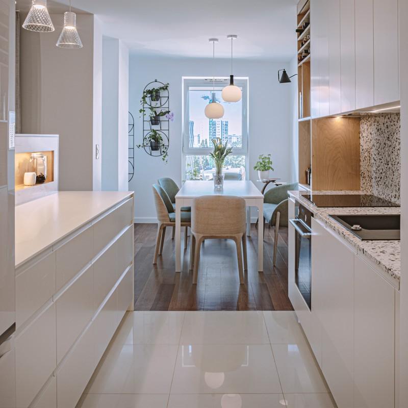 Stykającą się z salonem kuchnia na planie otwartym łączy ze sobą funkcjonalność, przestronność i elegancję.