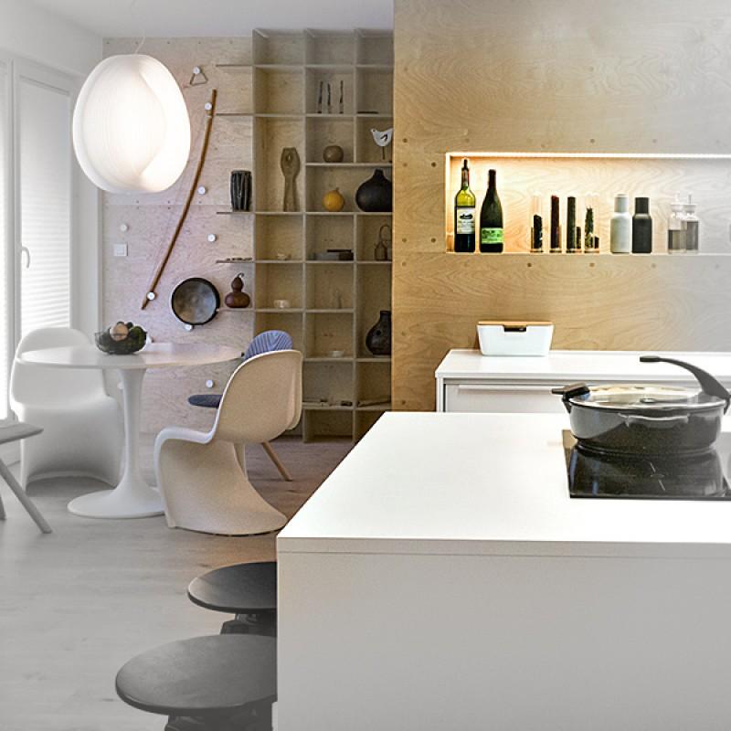 Wnętrze całe w sklejce w nowym mieszkaniu, w którym zmieniono standardowy, deweloperski układ na nowoczesny , otwarty