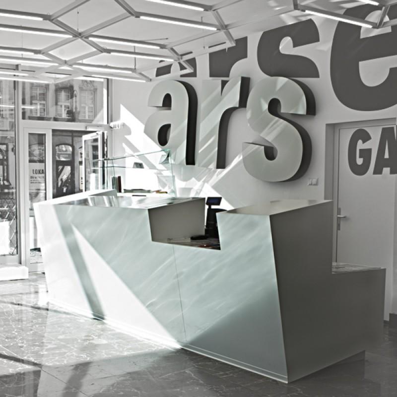 Nowe wnętrze Galerii Miejskiej Arsenał w Poznaniu, mimo typowego dla samorządowych instytucji kulturalnych, niewielkiego budżetu, ma niespotykane gdzie indziej meble i oświetlenie.