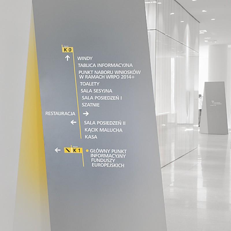 System oznakowania wewnętrznego (tzw. wayfinding) dla biurowca Urzędu Marszałkowskiego Województwa Wielkopolskiego